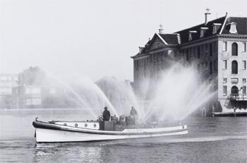 #411 - Bateau-pompe en service à Amsterdam de 1930 à 1983. Long de 17 mètres. Capacité hydraulique de 6 000 l/min. Photographie Amsterdam City Archives