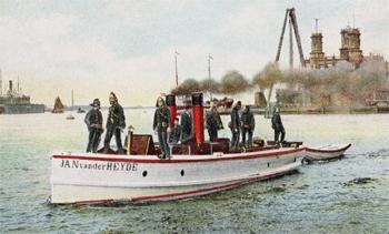 #412 - Bateau-pompe à vapeur en service à Amsterdam de 1875 à 1930. Long de 15 mètres. Capacité hydraulique de 4 000 l/min. Remarquer le dinghy à l'arrière, une petite embarcation en bois utilisé pour des sauvetages ou pour l'évacuation du navire en cas d'avarie. Photographie Amsterdam City Archives - 1908