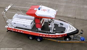 #126 - Embarcation de secours et d'assistance aux victimes (ESAV) armée par les sapeurs-pompiers de Paris. Réalisée à partir de la base polyvalente Stem Jet 7.30 longue de 7.50 mètres et large de 2.70 mètres. 0.50 mètre de tirant d'eau. Propulsion de type hydrojet.  Equipée d'in kit de sauvetage. Un brancard peut être chargé par l'arrière à fleur d'eau grâce à une glissière rabattable    Photographie Sybarts - 2012