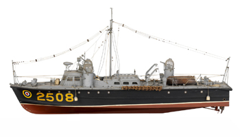 #544 - Classe 100, type II. 67 pieds de long (20.4 mètres). Construite en 1942. Vitesse de 25 nœuds (environ 46 km/h). Cette série est surnommée Whaleback, littéralement dos de baleine, du fait de la ressemblance de la cabine, avec ses bosses, avec le dos du cétacé. Noter les trois tourelles, des tourelles de bombardier, armée de mitrailleuses. Il n'était en effet pas rare que les vedettes de sauvetage soient la cible d'attaques aériennes allemandes. Photographie National Maritime Museum, Greenwich, Londres - 1942