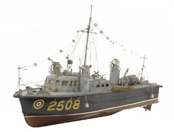 #545 - Classe 100, type II. 67 pieds de long (20.4 mètres). Construite en 1942. Vitesse de 25 nœuds (environ 46 km/h). Cette série est surnommée Whaleback, littéralement dos de baleine, du fait de la ressemblance de la cabine, avec ses bosses, avec le dos du cétacé. Noter les trois tourelles, des tourelles de bombardier, armée de mitrailleuses. Il n'était en effet pas rare que les vedettes de sauvetage soient la cible d'attaques aériennes allemandes. Photographie National Maritime Museum, Greenwich, Londres - 1942