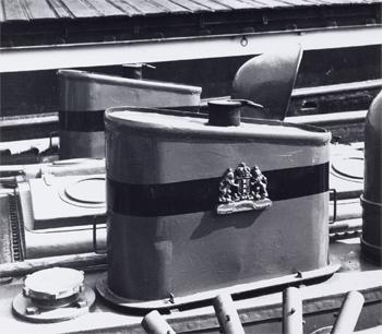 #420 - Bateau-pompe Jan van der Heyde II, Bateau-pompe en service à Amsterdam de 1930 à 1983. Long de 17 mètres. Capacité hydraulique de 6 000 l/min. Vue des deux cheminées. On note que celles-ci portent les armories de la ville d'Amsterdam. Ces dernières portent les trois mots Heldhaftig, Vastberaden et Barmhartig, devise personnelle de Feike de Boer, bourgmestre d'Amsterdam après la libération de la ville en 1945, signifiant « héroïque », « déterminée », « miséricordieuse ». Les trois croix symboliseraient les trois menaces historiques d'une grande ville: l'eau, le feu et la peste.  Photographie  - 2014