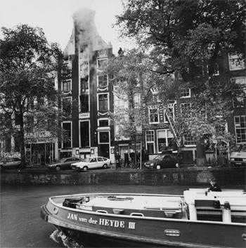 #422 - Bateau-pompe en service à Amsterdam de 1983 à 2017. Long de 19.5 mètres. Capacité hydraulique de 16 000 l/min. Ici en position prêt à porter assistance aux forces terrestres lors de l'incendie du restaurant Odeon en aout 1990. Photographie Amsterdam City Archives - 1990