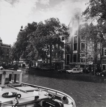#421 - Bateau-pompe en service à Amsterdam de 1983 à 2017. Long de 19.5 mètres. Capacité hydraulique de 16 000 l/min. Ici en position prêt à porter assistance aux forces terrestres lors de l'incendie du restaurant Odeon en aout 1990. Photographie Amsterdam City Archives - 1990