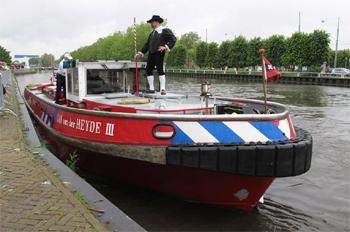 #424 - Bateau-pompe en service à Amsterdam de 1983 à 2017. Long de 19.5 mètres. Capacité hydraulique de 16 000 l/min. Participe ici à la journée de la Sécurité en 2012 à Diemen. Photographie Peter DE KOCK - 2012