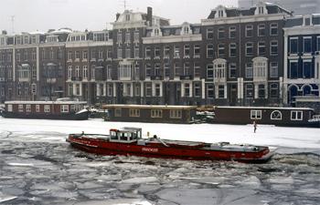 #425 - Bateau-pompe en service à Amsterdam de 1983 à 2017. Long de 19.5 mètres. Capacité hydraulique de 16 000 l/min. Une image qui peut faire comprendre l'utilisation saisonnière du bateau-pompe comme brise-glace. Photographie Tim BORIC - 2009