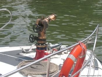 #78 - Mise en service en 1992. 11 mètres de long et 3.60 mètres de large. Pompe Sides d'un débit de  2 000 litres/min (15 bar). Lance-canon d'un débit de 2 000 litres/min. 4 Refoulements de 100 mm Photographie F92 - 2009