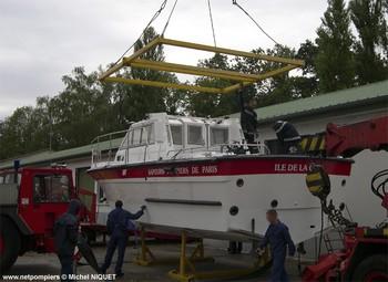 #74 - Mise en service en 1992. 11 mètres de long et 3.60 mètres de large. Pompe Sides d'un débit de  2 000 litres/min (15 bar). Lance-canon d'un débit de 2 000 litres/min. 4 Refoulements de 100 mm Photographie Michel NIQUET - 2009