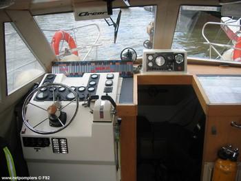 #82 - Mise en service en 1992. 11 mètres de long et 3.60 mètres de large. Pompe Sides d'un débit de  2 000 litres/min (15 bar). Lance-canon d'un débit de 2 000 litres/min. 4 Refoulements de 100 mm Photographie F92 - 2009