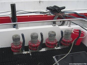 #79 - Mise en service en 1992. 11 mètres de long et 3.60 mètres de large. Pompe Sides d'un débit de  2 000 litres/min (15 bar). Lance-canon d'un débit de 2 000 litres/min. 4 Refoulements de 100 mm Photographie F92 - 2009