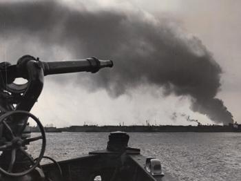 #361 - Bateau-pompe en service à New York de 1931 à 1994. Se dirige ici vers un sinistre qui nécessite son intervention. Peut être un feu de broussailles à Jersey Meadows, souvent assez spectaculaire, ou plus à l'intérieur des terres ou même autour de la baie de Newark. Photographie Coll. John LANDERS & Beth KLEIN - 1949