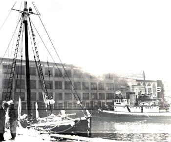 #363 - Bateau-pompe en service à New York de 1931 à 1994.Ici s'apprête à lutter contre l'incendie qui dévasta en décembre 1933 le marché aux poissons, Fulton Fish Market, situé dans le Bronx. Photographie Coll. John LANDERS & Beth KLEIN - 1933