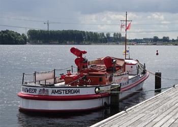 #427 - Bateau-pompe en service à Amsterdam de 1930 à 1983. Long de 17 mètres. Capacité hydraulique de 6 000 l/min. Photographie Harry_nl - 2020
