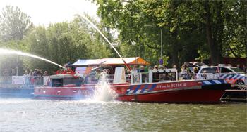 #428 - Bateau-pompe en service à Amsterdam de 1983 à 2017. Long de 19.5 mètres. Capacité hydraulique de 16 000 l/min. Photographié ici durant Festival de Loswal à Diemen en mai 2015. Photographie Hans VAN DER WAL - 2015