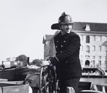 #429 - Bateau-pompe en service à Amsterdam de 1930 à 1983. Long de 17 mètres. Capacité hydraulique de 6 000 l/min. Le capitaine du navire est à la barre... Photographie Amsterdam City Archives