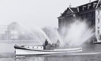 #434 - Bateau-pompe en service à Amsterdam de 1930 à 1983. Long de 17 mètres. Capacité hydraulique de 6 000 l/min. Photographie Amsterdam City Archives