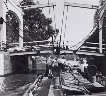 #435 - Bateau-pompe en service à Amsterdam de 1930 à 1983. Long de 17 mètres. Capacité hydraulique de 6 000 l/min. Une image qui montre bien combien il est nécessaire pour un bateau-pompe protégeant la vieille ville d'Amsterdam d'offrir un faible tirant d'air, c'est à dire des superstructures très basses ! Photographie Amsterdam City Archives