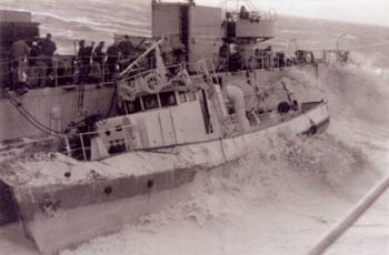 #105 - Le bateau-pompe Cascade de la Marine nationale à bord du TCD Foudre en 1961.  Photographie Jean-Claude LAURENT - 1961