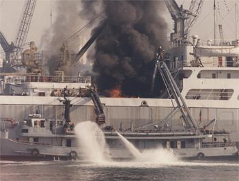 #225 - Le Lacydon, bateau-pompe de Marseille, en action durant l'incendie du pétrolier Olympic Honour en avril 1966. Photographie BMPM - 1966