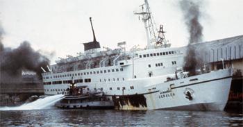 #226 - Le Lacydon, bateau-pompe de Marseille, en action durant l\'incendie du Ferry qui a mobilisé plus de 150 marins-pompiers en mai 1982. Photographie BMPM - 1982