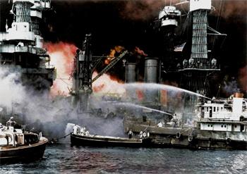 #297 - Le Hoga, remorqueur de la Marine américaine, lutte contre l'incendie du Cuirassé West Virginia lors de l'attaque de Pearl Harbor en décembre 1941. Ce dernier a été touché par sept torpilles japonaises lors de la première vague aérienne. Il sera remis en service 31 mois après l'attaque. Image colorisée par le procédé Royston. Photographie Library of Congress - FSA/OWI Collection - 1941