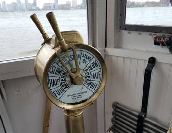 #373 - Bateau-pompe John J. Harvey, Bateau-pompe en service à New York de 1931 à 1994. Conservé aujourd'hui par Save Our Ships New York. Vue du transmetteur d'ordres de marche à la salle des machines. Situé dans le poste de pilotage il indique au mécanicien l'allure à tenir et donc de modifier la marche moteur pour s'y conformer. Photographie  - 2020