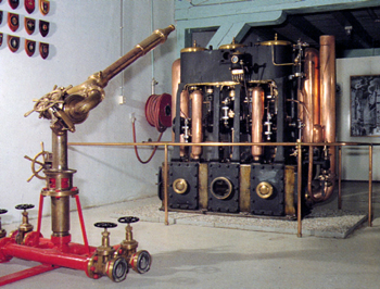 #440 - Pompe à vapeur et lance-canon du bateau-pompe Jason, premier du nom, en service à Amsterdam de 1904 à 1963. Capacité hydraulique de 12 000 l/min. Conservées au National Fire Museum (Nationaal Brandweermuseum). Photographie Nationaal Brandweermuseum - 2018