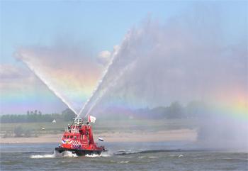#441 - Bateau-pompe Gelderland (I), Bateau-pompe mis en service à Nimègue. Long de 23 mètres. Capacité hydraulique de 15 000 l/min à 8 bar ou 9 600 l/min à 16 bar. Réservoir de 6 000 litres de liquide émulseur. Trois lances-canons eau-mousse. Photographie  - 2005