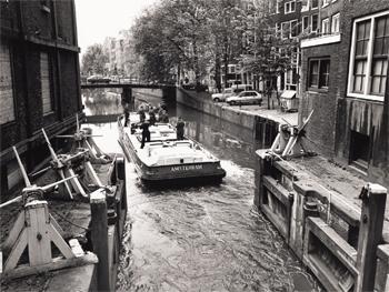 #443 - Bateau-pompe en service à Amsterdam de 1930 à 1983. Long de 17 mètres. Capacité hydraulique de 6 000 l/min. Une situation qui montre bien la nécessité d'un gabarit adapté pour un bateau-pompe évoluant le long des canaux d'Amsterdam... Photographie Amsterdam City Archives