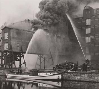 #444 - Bateau-pompe en service à Amsterdam de 1930 à 1983. Long de 17 mètres. Capacité hydraulique de 6 000 l/min. Il lutte ici aux côtés des forces terrestres contre l'incendie d'un des entrepôts de la compagnie Blauwhoedenveem-Vriesseveem à Amsterdam en septembre 1949. Photographie Amsterdam City Archives - 1949