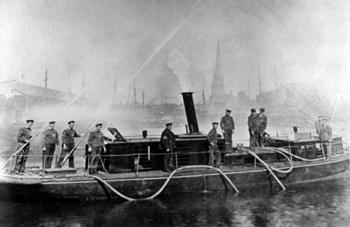 Bateau-pompe Fire Queen et son équipage