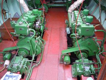 #501 - Moteurs de propulsion diésels Ruston & Hornsby du bateau-pompe Pyronaut de Bristol. On distingue les deux axes de transmission au bas de la photographie. Deux pompes incendie Coventry Climax sont attelées à ces moteurs. On aperçoit l'une d'entre-elles au fond à gauche. Photographie Carl BRUNNOCK - 2012