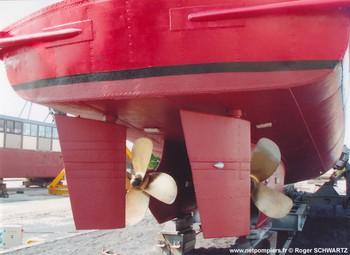 #89 - Mis en service en 1952. Son nom est celui d'un officier des sapeurs-pompiers de Bordeaux mort au feu en 1845. 21,10 mètres de long sur 4,75 de large. Déplacement de 85 tonnes. Deux moteurs de  250 CV. Vitesse de 12 nœuds. Deux pompes de 1 000 m3/h à 6 bar en parallèle et 546 m3/h à 12 bar en série. 4 lances Monitor dont une sur tourelle repliable. Retiré du service en Octobre 2005 il a été vendu aux enchères. Roger SCHWAB, un chef d'entreprise yvelinois passionné de navigation fluviale, en a fait l'acquisition. Après des travaux de remise en état (peinture, redressement d'une hélice...) le Commandant Filleau a donc repris la route inverse de celle de sa livraison en 1952 et a regagné Conflans-Sainte-Honorine par voie maritime jusqu'à Rouen puis par voie fluviale (la Seine) jusqu'à la capitale de la batellerie Photographie Roger SCHWAB - 2006