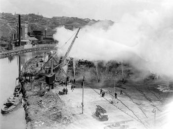 #518 - En service à Bristol de 1934 à 1973. Long de 17 mètres, capacité hydraulique de 5 000 l/min. Ici en soutien (à gauche sur la rivière Avon) en 1948 lors d'un incendie d'une usine de fabrication de pâte à papier à St Anne's Board Mills, Bristol. Photographie Bristol Museums/Bristol Culture - 1948
