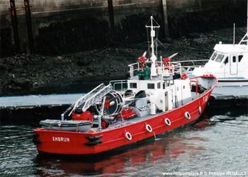 #121 - L'Embrun, rejoint le port de Brest aux côtés du Gave en 1967. La Direction du port fournit les trois marins de l'équipe de conduite. Il est armé par six marins-pompiers. Il est désarmé en 2010. 23.80 mètres de long sur 5.26 mètres de large. Il est équipé de deux pompes de 280 m3/heure, 4 lances Monitor de 380 m3/heure. Il est équipé sur le pont arrière d'une échelle pivotante téléscopique de 12 mètres Photographie Philippe RENAULT - 1978