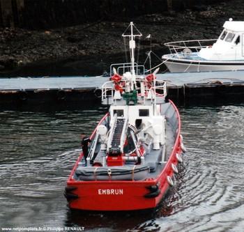 #120 - L'Embrun, rejoint le port de Brest aux côtés du Gave en 1967. La Direction du port fournit les trois marins de l'équipe de conduite. Il est armé par six marins-pompiers. Il est désarmé en 2010. 23.80 mètres de long sur 5.26 mètres de large. Il est équipé de deux pompes de 280 m3/heure, 4 lances Monitor de 380 m3/heure. Il est équipé sur le pont arrière d'une échelle pivotante téléscopique de 12 mètres Photographie Philippe RENAULT - 1978