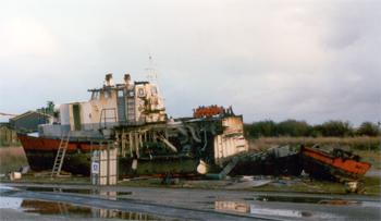 #232 - Le Gave rejoint le port de Brest en 1958. Il est animé par deux moteurs diesel Poyaux de 207 cv et deux hélices. L'équipe de conduite est constitué de trois marins de la Direction du Port, l'équipe d'intervention de six marins-pompiers de la 2ème Compagnie de Brest. 23.80 mètres de long sur 5.26 mètres de large. Il est équipé de deux pompes de 280 m3/heure, 4 lances Monitor de 380 m3/heure. Il est retiré du service en 1994 et déconstruit en 1997 sur un terre-plein du Port commercial de Brest. Photographie Yvon PERCHOC - 1997