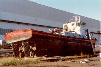 #233 - Le Gave rejoint le port de Brest en 1958. Il est animé par deux moteurs diesel Poyaux de 207 cv et deux hélices. L'équipe de conduite est constitué de trois marins de la Direction du Port, l'équipe d'intervention de six marins-pompiers de la 2ème Compagnie de Brest. 23.80 mètres de long sur 5.26 mètres de large. Il est équipé de deux pompes de 280 m3/heure, 4 lances Monitor de 380 m3/heure. Il est retiré du service en 1994 et déconstruit en 1997 sur un terre-plein du Port commercial de Brest. Photographie Yvon PERCHOC - 1997
