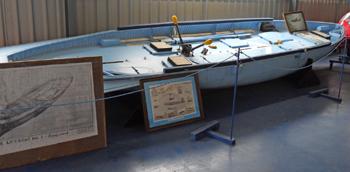 #546 - Canot de survie parachutable depuis un avion de recherche en mer. Les équipages d'avions abattus en mer ou contraints d'amerrir,, durant la Seconde guerre mondiale, pouvaient alors se mettre en sécurité en attendant d'être récupérés par un hydravion ou une embarcation. Conservé au Norfolk and Suffolk Aviation Museum à Bungay en Angleterre. Photographie Norfolk and Suffolk Aviation Museum