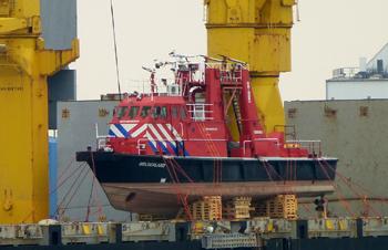 #457 - Bateau-pompe mis en service à Nimègue de 1983 à 2015. Long de 23 mètres. Capacité hydraulique de 15 000 l/min à 8 bar ou 9 600 l/min à 16 bar. Réservoir de 6 000 litres de liquide émulseur. Trois lances-canons eau-mousse. Il est ici embarqué à bord du cargo Jairan à destination du Moyen-Orient en septembre 2016. Le bateau-pompe avait été vendu à un négociant des Émirats Arabes Unis après avoir près de trente ans à Nimègue. Photographie Andreas HOPPE - 2016