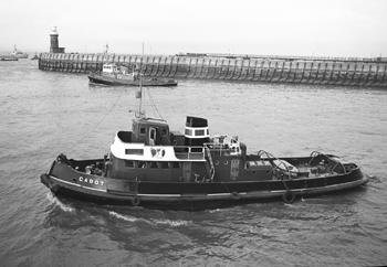 #513 - Remorqueur construit en 1952. Équipé pour la lutte contre les incendies (on aperçoit sa lance-canon à l'arrière de la cheminée). Vendu en 1974 et démantelé en 1995. En arrière-plan le remorqueur Pengarth. L'auteur de cette photographie l'a publiée dans son ouvrage Bristol Port and Channel Nostalgia aux éditions Coastal Shipping of Portishead. Photographie Malcolm CRANFIELD - 1968