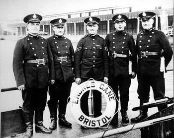 #516 - En service de 1936 à 1967. Long de 19 mètres, capacité hydraulique de 5 450 l/min. L'équipage du bateau-pompe vers 1950. Photographie Bristol Museums/Bristol Culture - 1950