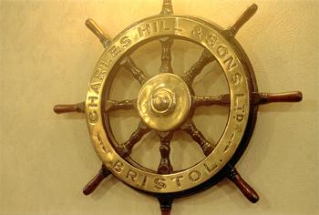 #517 - En service de 1936 à 1967. Long de 19 mètres, capacité hydraulique de 5 450 l/min. La barre du navire conservée dans les locaux du Quartier général de l'Avon fire rescue service à Bristol.  Charles Hill & Sons est le constructeur du navire. Photographie Bristol Museums/Bristol Culture - 1992