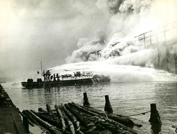 #382 - Bateau-pompe en service à New York de 1931 à 1994. En mai 1932 il lutte, avec sept autres bateaux-pompes, huit cent pompiers et près de soixante engins d'incendie, pendant trente-cinq heures, contre l'incendie qui ravage le terminal de la Compagnie maritime Cunard à la Jetée 54 à New York. Soixante et onze lignes sont établies à partir des engins-pompes terrestres. Quatre cent pompiers sont blessés ! Photographie Al TROJANOWICZ - 1932