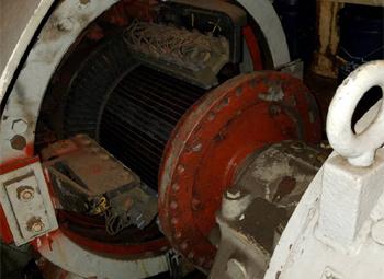 #381 - Bateau-pompe en service à New York de 1931 à 1994. Vue d'une des génératrices électriques Westinghouse du bateau-pompe. Elle est attelée à un moteur à combustion interne, à essence à l'origine puis diésel à partir de 1957. Elle anime à son tour un arbre de transmission et une hélice à trois pâles. Photographie Save Our Ships New York - 2020