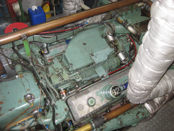 #459 - Bateau-pompe mis en service à Nimègue de 1983 à 2015. Long de 23 mètres. Capacité hydraulique de 15 000 l/min à 8 bar ou 9 600 l/min à 16 bar. Réservoir de 6 000 litres de liquide émulseur. Trois lances-canons eau-mousse. Vue d'un des moteurs de propulsion General Motors. Photographie Damen - 2015