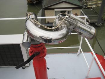 #461 - Bateau-pompe mis en service à Nimègue de 1983 à 2015. Long de 23 mètres. Capacité hydraulique de 15 000 l/min à 8 bar ou 9 600 l/min à 16 bar. Réservoir de 6 000 litres de liquide émulseur. Trois lances-canons eau-mousse. Vue de la lance-canon télécommandée située sur le toit du poste de pilotage. Photographie Damen - 2015