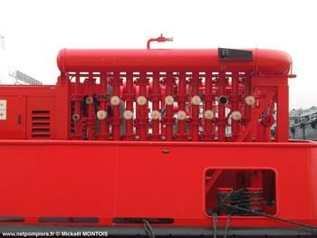 #103 - Destiné à protéger les dépôts militaires d'hydrocarbures de Missiessy et du Lazaret. La barge d'intervention de rade (BIR), la première de la Marine nationale,  mise en service à Toulon  en décembre 2010, jauge 50 tonnes et fournit une capacité de 1200 m3/heure à 14 bar de pression grâce à ses trois pompes alimentées par trois moteurs diesel. Ces pompes alimentent à leur tour trois collecteurs pouvant chacun alimenter 12 sorties de refoulement DN110. Une cuve de 4 000 litres de liquide émulseur permet la production d'un très important volume de mousse. Son encombrement est de 12x8 mètres Photographie Mickaël MONTOIS - 2011