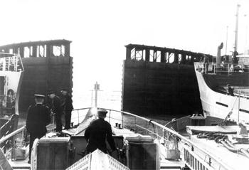 #526 - En service de 1936 à 1967. Long de 19 mètres, capacité hydraulique de 5 450 l/min. Le bateau-pompe passe ici une écluse sur la rivière Severn. Photographie Coll. Michael MELLERY