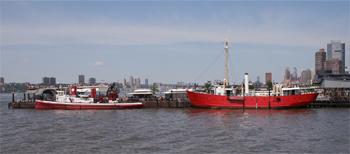 #389 - Bateau-pompe en service à New York de 1931 à 1994. Conservé aujourd'hui par Save Our Ships New York. Il est amarré à la Jetée 66 à la hauteur des 26ème et 27ème Rues de l'Ouest. Derrière lui le bateau-phare Frying Pan en service de 1929 à 1965, aujourd'hui monument historique et navire musée. Photographie Tom TURNER - 2010